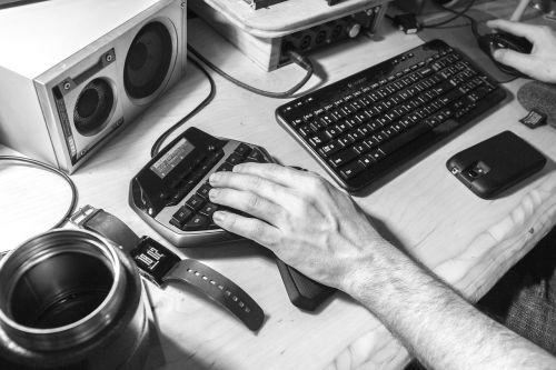 garsas,Mobilusis telefonas,stalas,prietaisas,elektronika,įranga,rankų darbo,rankos,klaviatūra,vyras,biuras,garsiakalbiai,technologija,termosas,mediena,darbas,darbo vieta,darbo vieta,darbo vieta,laikrodis