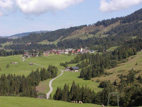austria,kraštovaizdis,dangus,debesys,kalnai,slėnis,miškas,medžiai,miškai,vaizdingas,vista,kelias,laukai,augalai,gamta,lauke,Šalis,kaimas,kaimas,kaimas,namai,namai architektūra,vasara,pavasaris