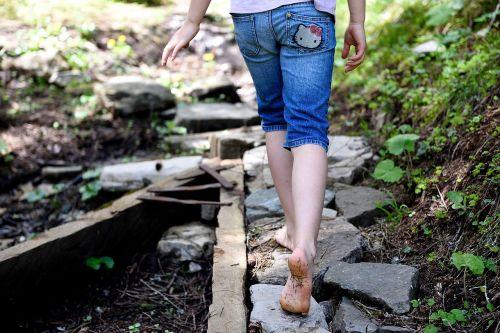 toli, gamtos takas, miško takas, takas, pėdos, akmenys, vaikas, gamta