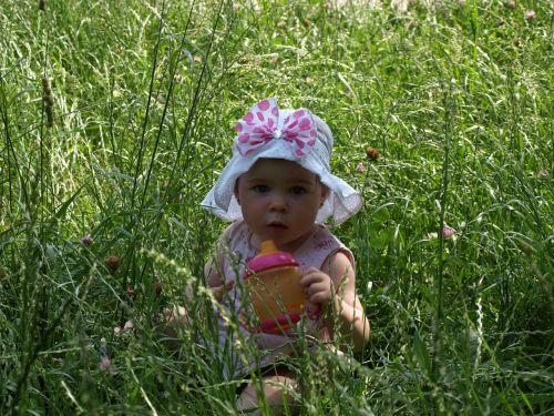 kūdikis,mergaitė,maža mergaitė,mergaitė žolėje,vaikščioti