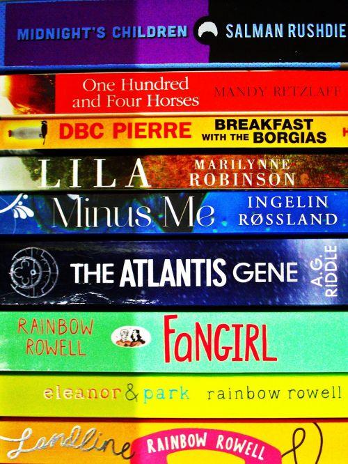 fonas,knygos,lentyna,romanai,literatūra,autorius,knygų lentyna,biblioteka,skaityti,knygų krūva,skaitymas,Knygos skaitymas,geriausiai parduodamas,žinomas autorius,popierius atgal,minkštas popierius