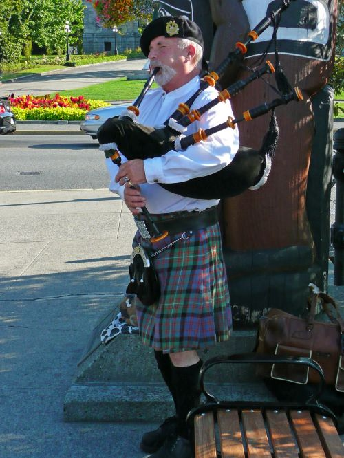 bagpiper scottish person