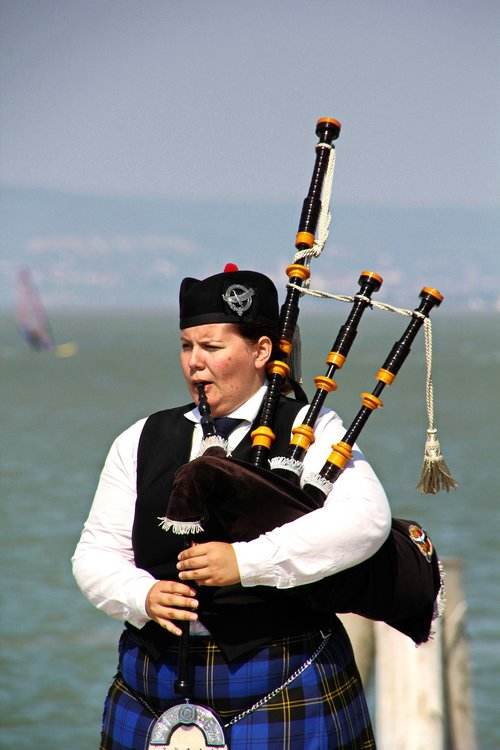 bagpipes  bagpipes pfeiferin  checkered