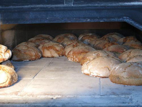 kepti duoną,duona,orkaitė,kepti,maistas,kepėjas,valgyti,amatų,darbas,kepti,kepiniai,užkandis,duonos kepalas,skanus,profesija,miltai,traškus