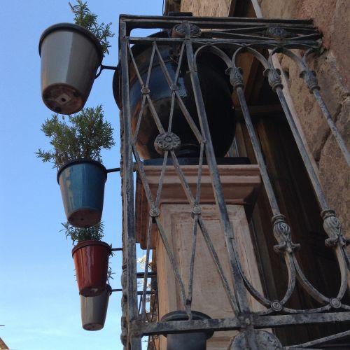 balkonas,puodai,miestas