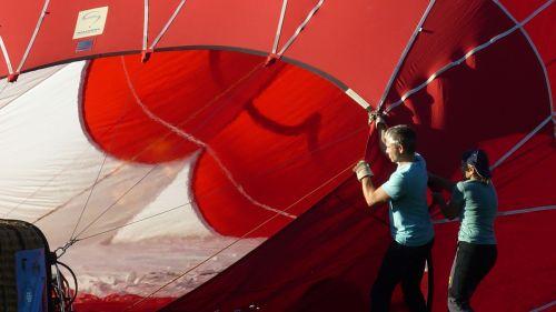 balloon below red