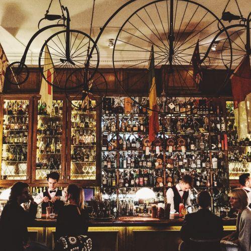 baras,ratas,gėrimai,gėrimai,likeris,laikyti,alkoholis,žmonės,kalbėti,vyrai