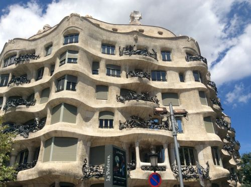 barcelona gaudi building