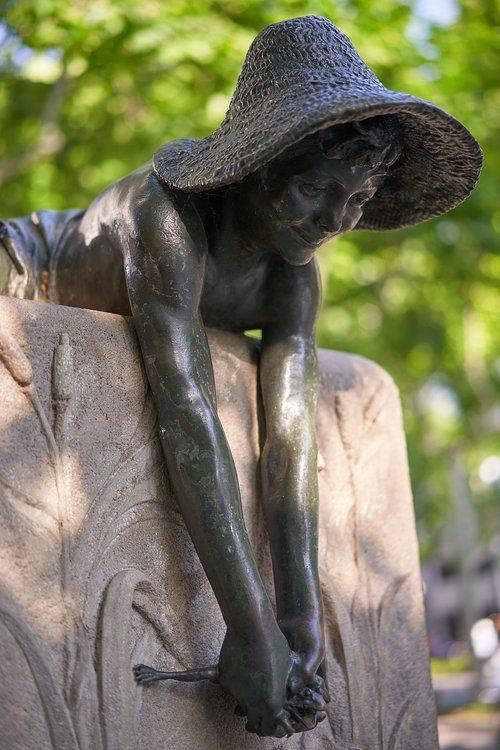 barcelona  statue  source