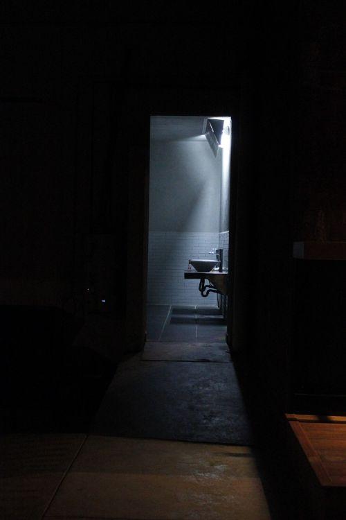 bathroom light contrast