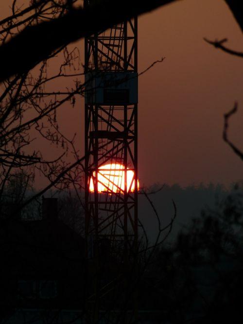 baukran scaffold sunset