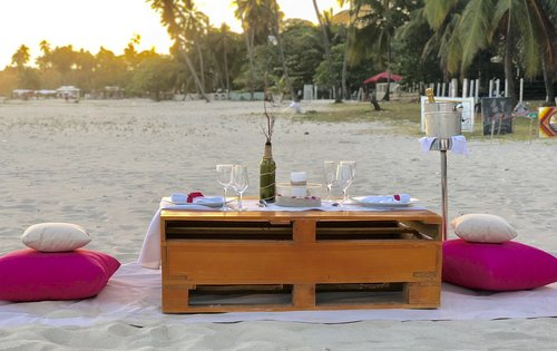 beach  dinner table  romantic