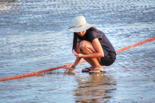 beach shelling woman