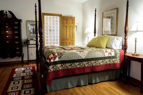 bedroom quilt bed
