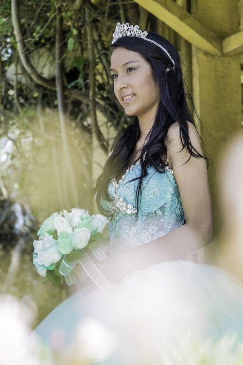 Bella,gražus,parkas,saulė,meilė,moterys,rožės,saulėtas,kraštovaizdis,vasara,popietė,dangus,romantika,mergaitė,quinceanera,laimingas,romantika,grožis,juodi plaukai
