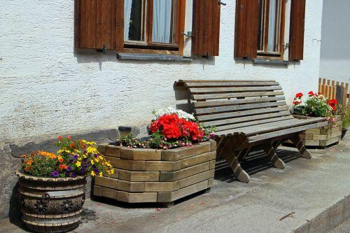 stendas,medinis stendas,out,bankas,sėdėti,namai,Hauswand,hof,sodas,gėlės,sodinamosios,namie
