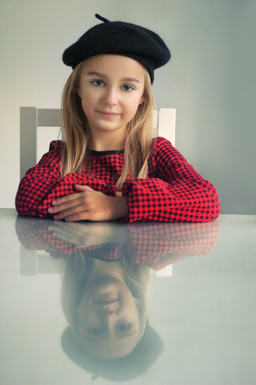 beret  the little girl  a person