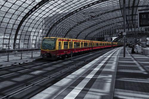 Berlynas,Centrinė stotis,traukinių stotis,stiklo fasadas,pastatas,Vokietija,kapitalas,architektūra,Berlyno centrinė stotis,stiklo stogas,fasadas,geležinkelis,stiklas,platforma,stogo stogas,stogo konstrukcija,geležinkelio bėgiai,išvykimas,stiklo konstrukcija,spalvinis raktas