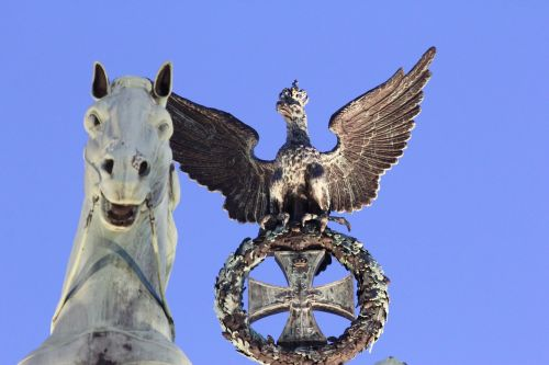 berlin brandenburg gate horse