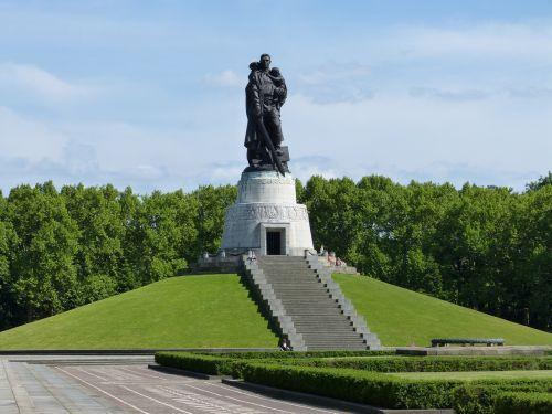 berlin soviet monument