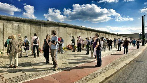 bernauer straße construction of the wall 13 august 1961