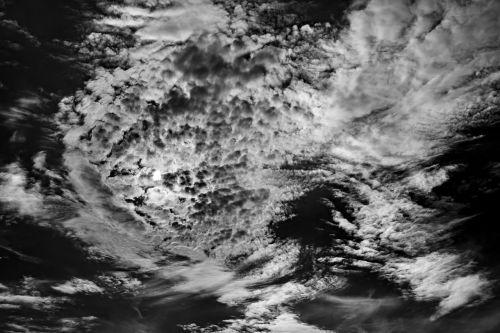 juoda balta,debesys,dangus,nuotaika,dramatiškas dangus,dramatiški debesys,oro temperamentas,tamsūs debesys,debesys formos,atmosfera,gražus