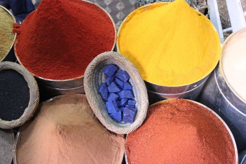 bleu majorelle,spalva,prieskoniai,prieskonių stendas,turgus,prekystalis,karis,ruduo,milteliai,šafranas,maišeliai,spalvinga,gamta,raudona,natūralus produktas,vasara,skanus,rytietiškas,oranžinė,aštrus,čili,prekiautojas