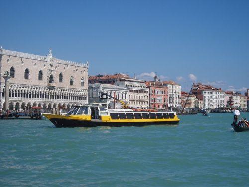 boat tourists venice