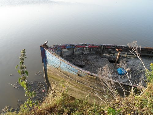 valtis ramioje vandenyje,senoji valtis,kurios reikia dažų,laivo nuolaužos