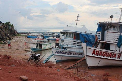 boats at shoreline  river  para