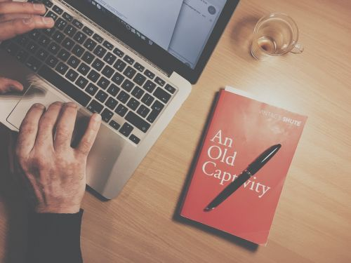 knyga,rašiklis,studijuoti,mokykla,taurė,stiklas,obuolys,MacBook,nešiojamas kompiuteris,kompiuteris,verslas,naršyti,tyrimai