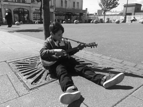 berniukas,gitara,vienspalvis,muzika,muzikantas,instrumentas,vaikas,asmuo,žmonės,žaisti,muzikinis,akustinė,vaikystę,gitaristas,kaukazo,jaunas,saulėtas,sėdi