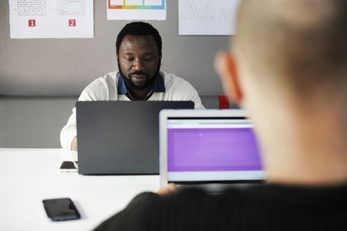 smegenų audra,smegenų audra,verslas,kolegos,bendrovė,kūrybingas,plėtra,prietaisas,skaitmeninis,įmonė,tikslai,idėjos,informacija,nešiojamas kompiuteris,vyras,valdymas,susitikimas,vyrai,tinklas,naujas verslas,nešiojamojo kompiuterio,biuras,žmonės,spektaklis,asmuo,našumas,ekranas,smulkus verslas,sprendimai,pradėti,paleidimo verslas,strategija,taikinys,užduotis,komanda,komandinis darbas,technologija,mąstymas,naudojant,darbas,darbo,darbo vieta