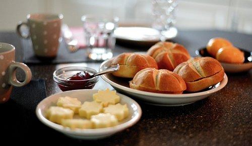 breakfast  have breakfast  roll