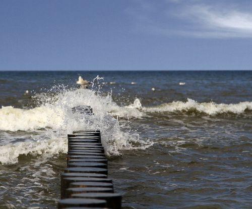 breakwater wave spray