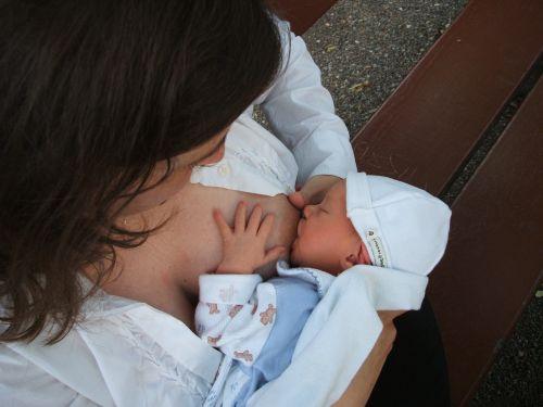 maitinimas krūtimi,naujagimis,kūdikis,motina,maitinimas,maitina,čiulpti