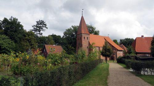 plytų pastatai,plytų radusėlis,bažnyčia,romantiškas,santūra