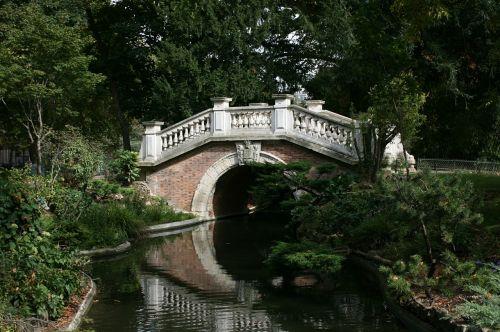 bridge water mirror parc monceau
