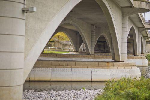 bridge gavel statue pool at