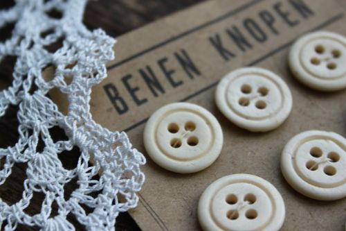 brocante old buttons crochet lace