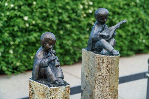 bronze statue binz flautist