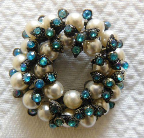 brooch pearl lustre
