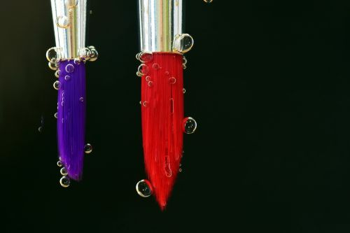 šepetys,spalva,dažymas,dažyti,menas,spalvinga,linksma,smūgis,povandeninis,vandens burbuliukai,dujiniai burbuliukai,oro burbuliukai,Uždaryti,raudona,violetinė,sidabras,šeriai,linksmas,vanduo,akvarelė