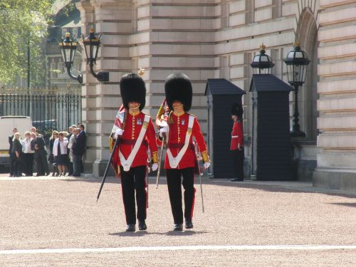 buckingham palace changing of the guard london