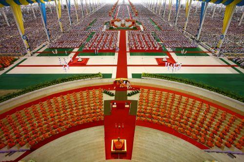buddhists meditate thailand