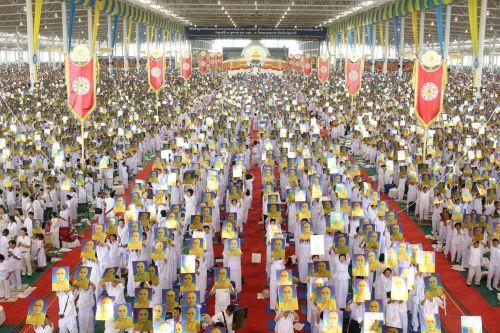 buddhists crowd meditate