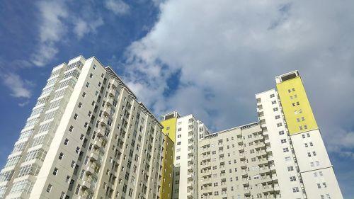 pastatas,miestas,apartamentai,saulėtas