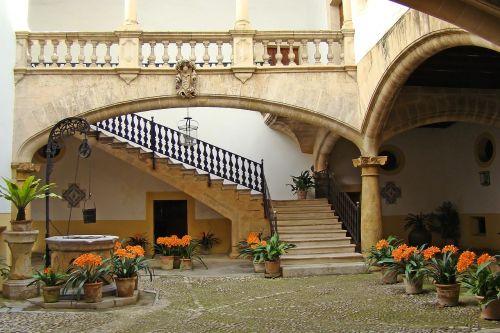 pastatas,architektūra,majorca,Ispanija,kelionė,miestas,turizmas,akmenys,spacer,palma,kamienica,namas,butas,miesto namai,daugiabutis šeimos pastatas,balkonas,langas,langinės,kiemas,galinis kiemas,gėlės,puodą,puodai,laiptai,gerai,lankas,lankai,stulpelis