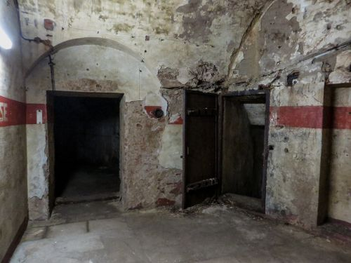 bunker ruin destroyed
