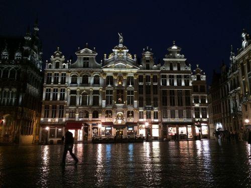 buxelas grand-place rainy night